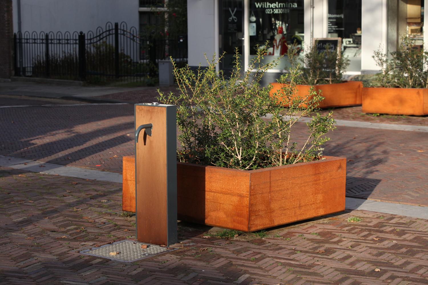 drinking fountain & planter Heemstede Bureau Stoep